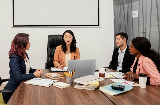 Coup moyen femme menant l'équipe au travail