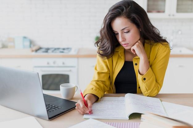 Coup moyen femme avec ordinateur portable écrit