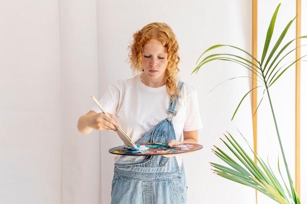 Coup moyen femme avec pinceau et palette