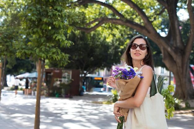 Coup moyen femme portant un bouquet