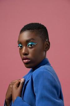 Coup moyen femme portant du maquillage