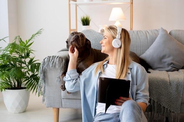 Coup moyen femme portant des écouteurs à la maison