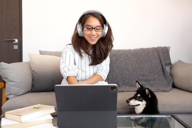 Coup moyen femme portant des écouteurs