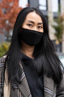 Coup moyen femme portant un masque