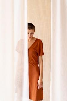 Coup moyen femme portant une robe