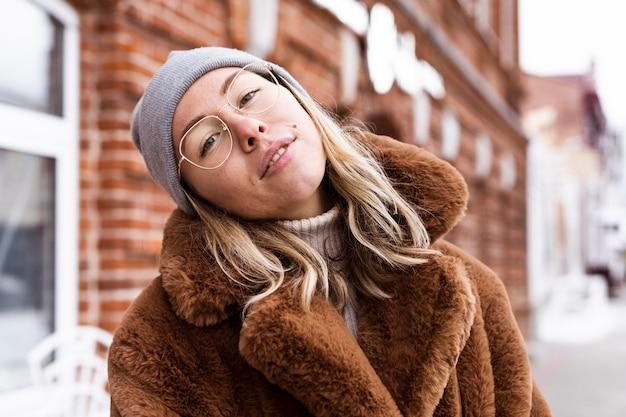 Coup moyen femme posant pendant l'hiver