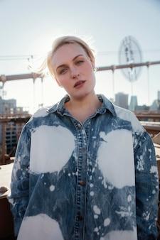 Coup moyen femme posant sur le pont