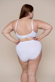 Coup moyen femme posant en sous-vêtements