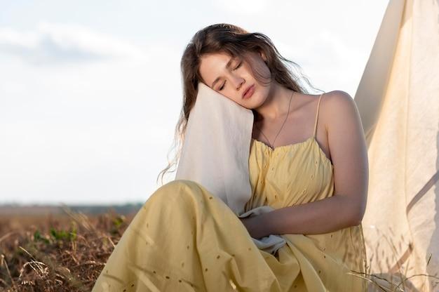 Coup moyen femme posant les yeux fermés