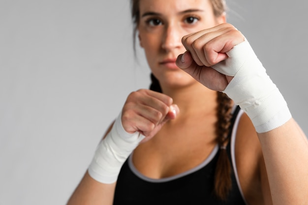 Coup moyen femme en position de combat