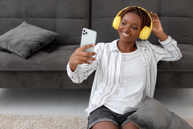Coup moyen femme prenant selfie