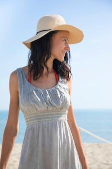 Coup moyen de femme regardant la plage