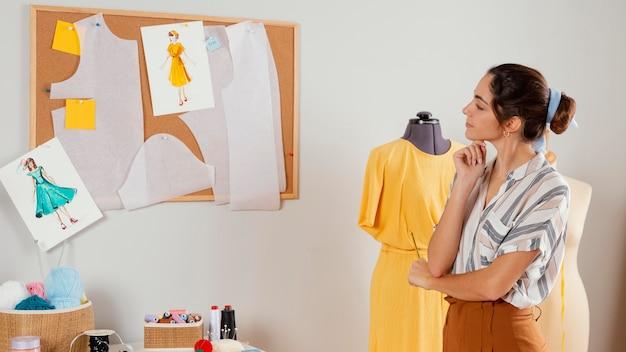 Coup moyen femme regardant les styles