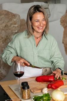Coup moyen femme smiley coupe poivre