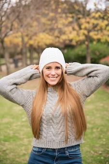 Coup moyen de femme souriante dans le parc