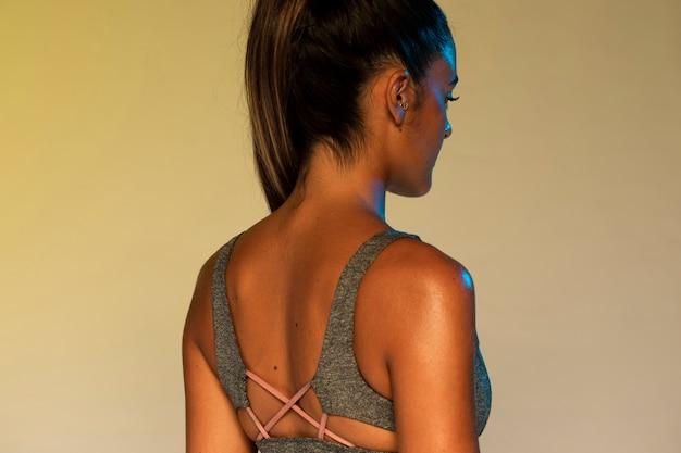Coup moyen femme avec soutien-gorge de sport