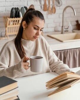 Coup moyen femme à table lecture