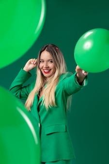 Coup moyen femme tenant un ballon vert