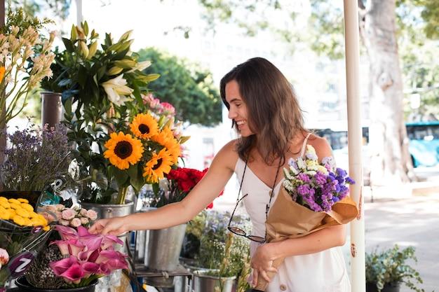Coup moyen femme tenant un bouquet de fleurs