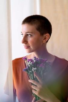 Coup moyen femme tenant un bouquet