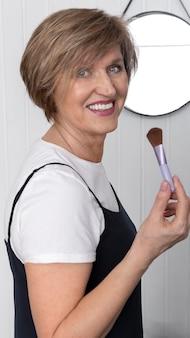 Coup moyen femme tenant une brosse