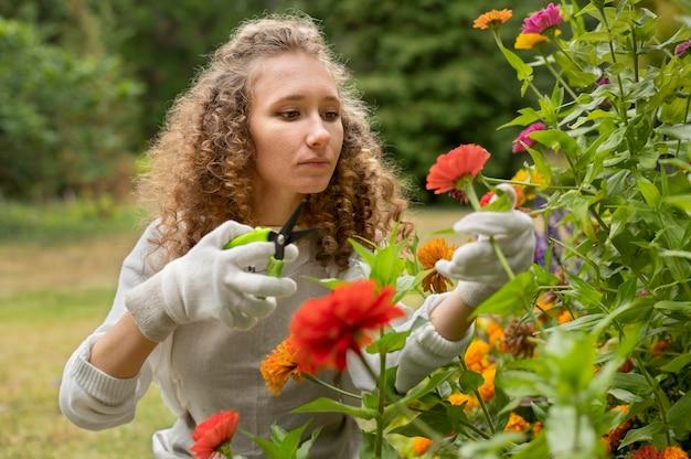 Coup moyen femme tenant des ciseaux de jardinage