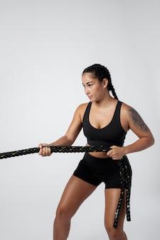 Coup moyen femme tenant la corde