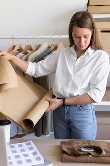 Coup moyen femme tenant du papier d'emballage
