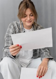 Coup moyen femme tenant du papier