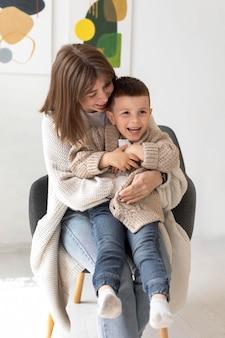 Coup moyen femme tenant enfant
