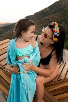 Coup moyen femme tenant un enfant