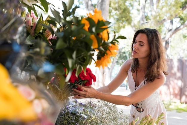 Coup moyen femme tenant des fleurs