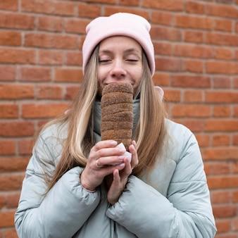 Coup moyen femme tenant le gâteau de cheminée