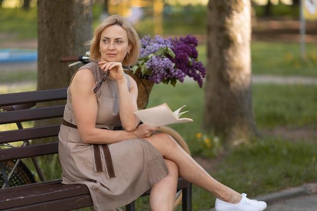 Coup moyen femme tenant un livre