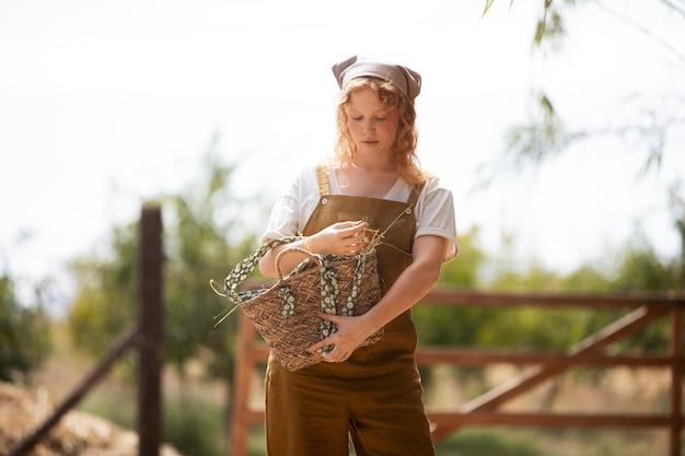 Coup moyen femme tenant un panier