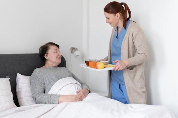 Coup moyen femme tenant un plateau de nourriture