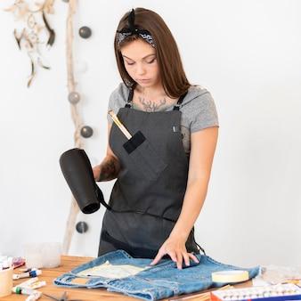 Coup Moyen Femme Tenant Un Sèche-cheveux Photo Premium