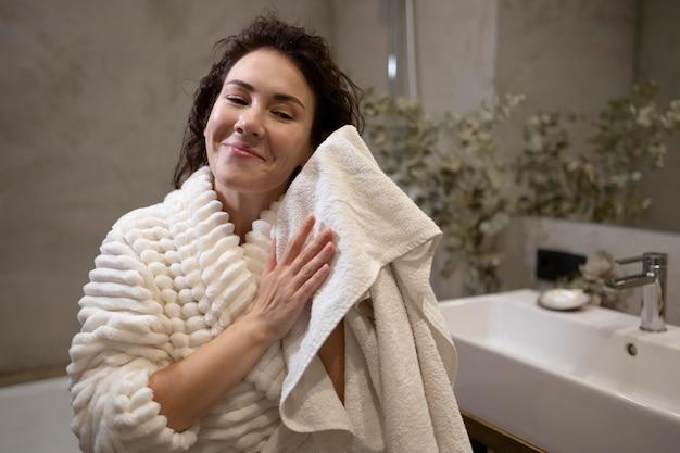 Coup moyen femme tenant une serviette