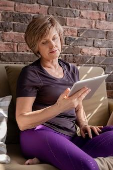 Coup moyen femme tenant la tablette