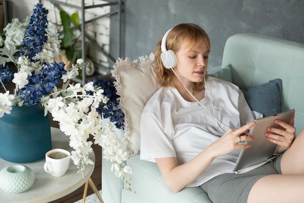 Coup moyen femme tenant une tablette