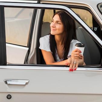 Coup moyen femme tenant une tasse de café
