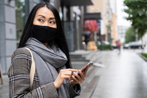 Coup moyen femme tenant le téléphone