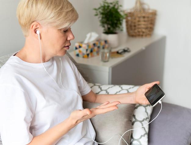Coup moyen femme tenant un téléphone