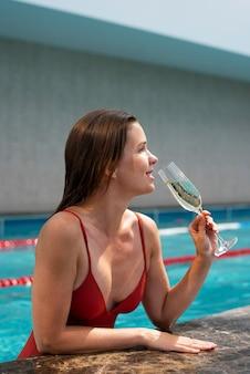 Coup moyen femme tenant un verre