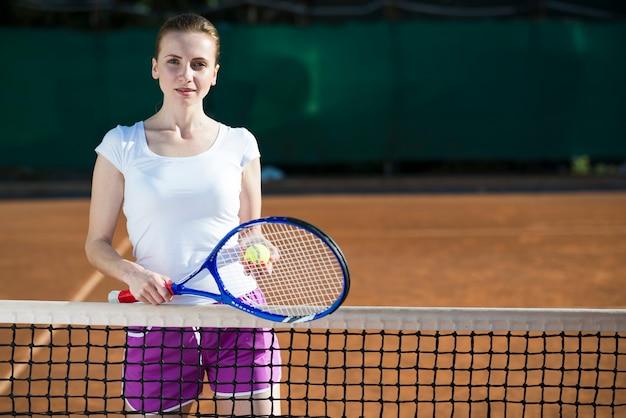 Coup moyen, femme, tenue, raquette tennis