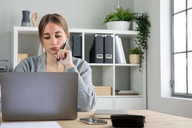 Coup moyen femme travaillant au bureau