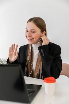 Coup moyen femme travaillant avec des écouteurs