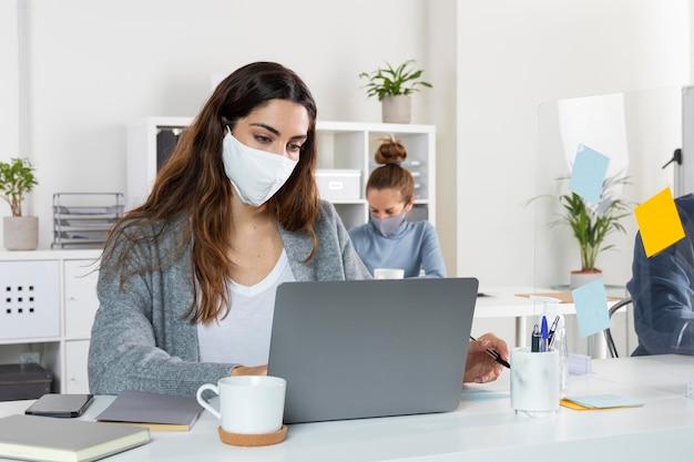 Coup moyen femme travaillant sur ordinateur portable