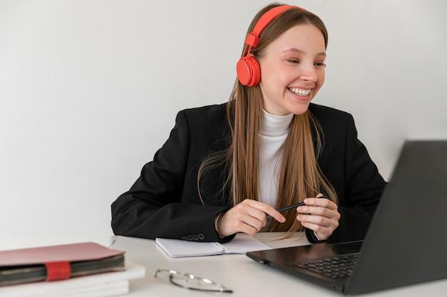 Coup moyen femme travaillant avec ordinateur portable