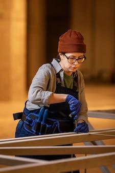 Coup moyen femme travaillant avec un tournevis